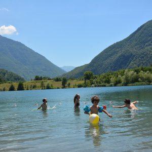 Baignade en famille au lac des Hurtières