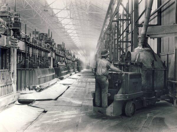 Hall d'électrolyse de la série A, dans l'usine de Saint-Jean-de-Maurienne, vers 1950